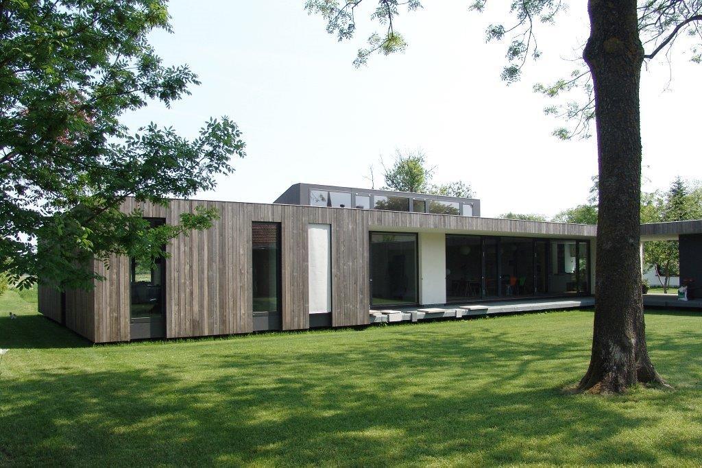 familien bungalow mit innenhof modern drevostavby. Black Bedroom Furniture Sets. Home Design Ideas
