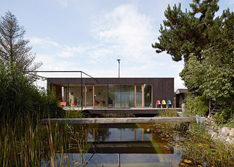 Montovaný dom nad jazierkom