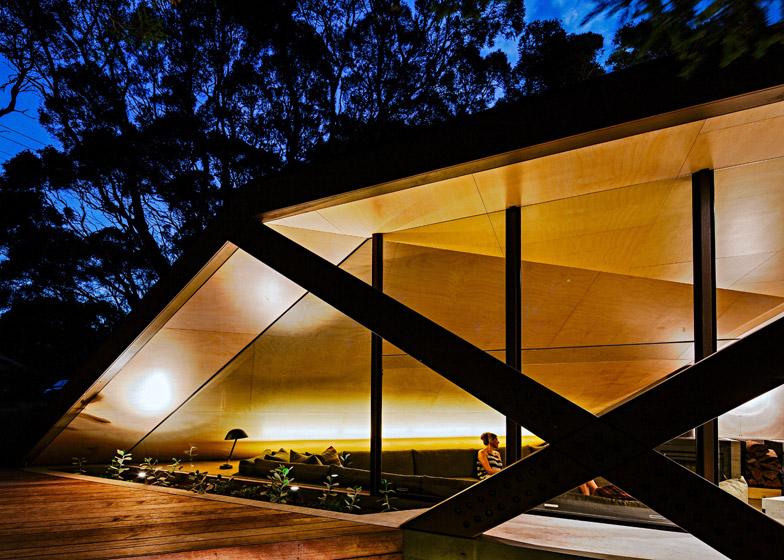 Dom obklopený austrálskym lesom