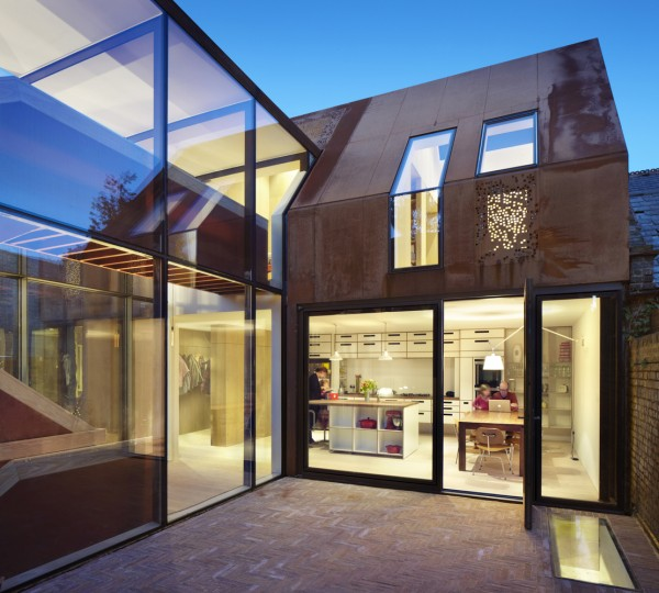 006_PiercyAndCo_KewHouse_Courtyard_and_Kitchen_(c)_Jack_Hobhouse